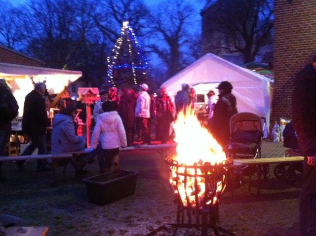 Loderndes Feuer auf dem Weihnachtsmarkt an der Arche