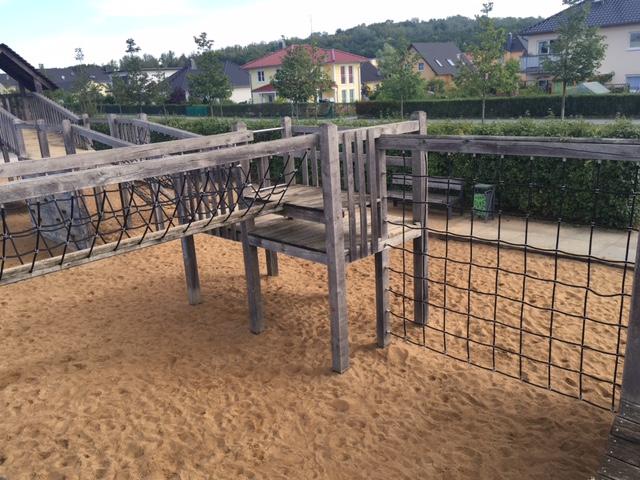 Klettern auf dem Kinder-Spielplatz in Berlin-Biesdorf