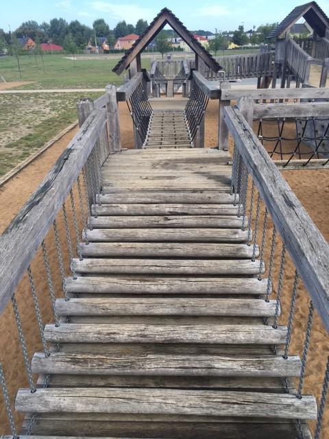 Wackelbrücke auf dem Spielplatz