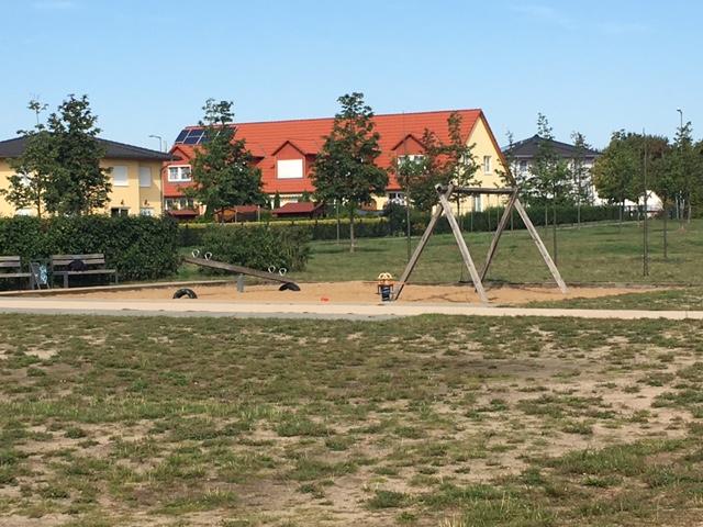 Wippe und Schaukel auf dem Spielplatz in Berlin-Biesdorf