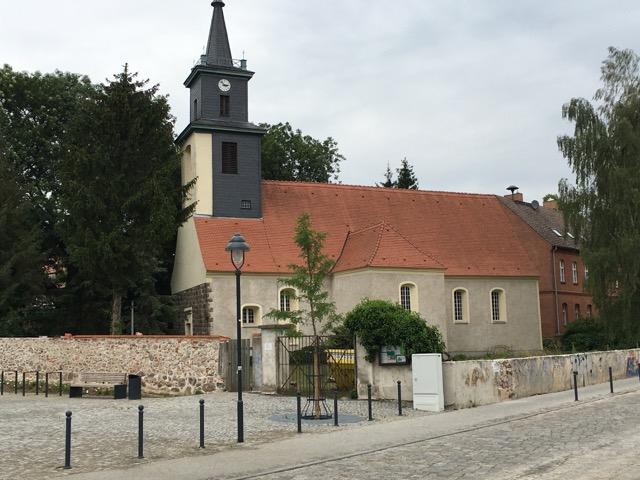 Kirche in Hoppegarten direkt neben dem Schloss